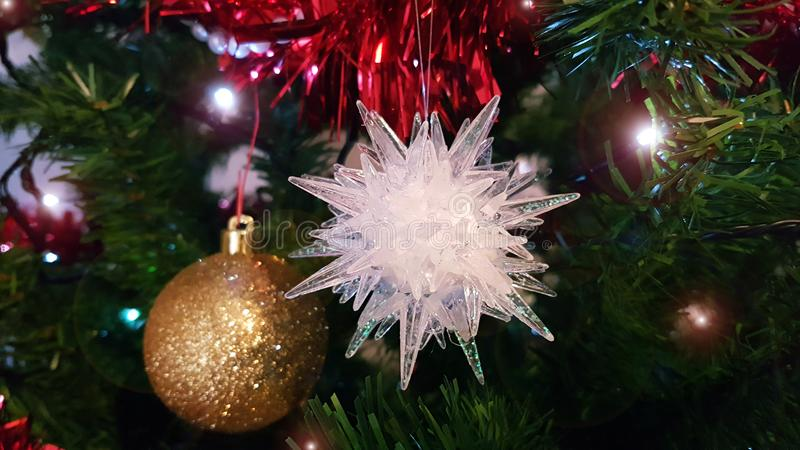 Primer en la pieza media del árbol de navidad artificial con el ornamento hermoso de la Navidad con la bola redonda de oro y la e imagen de archivo libre de regalías