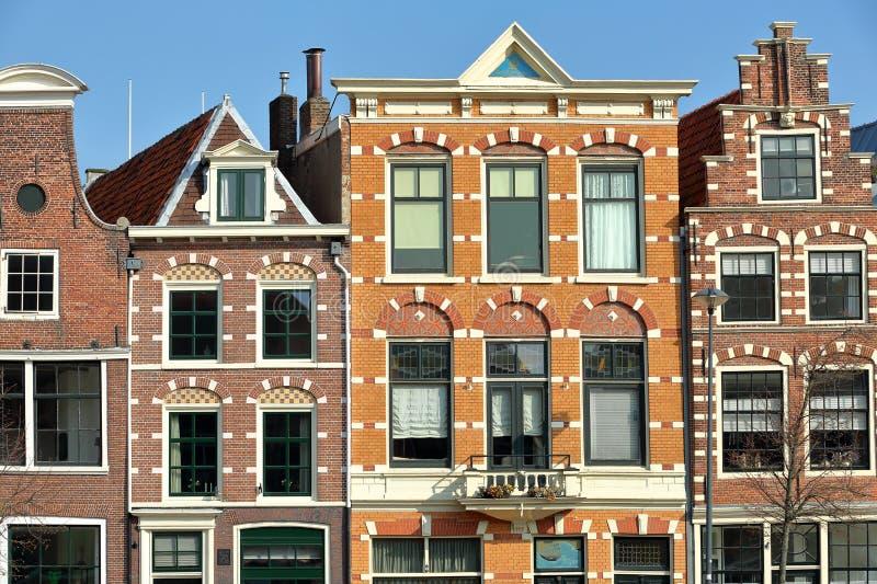 Primer en las fachadas tradicionales y coloridas situadas a lo largo del río de Spaarne, Haarlem imagen de archivo libre de regalías