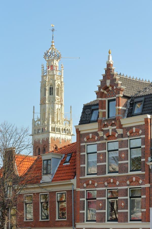 Primer en las fachadas tradicionales y coloridas situadas a lo largo del r?o de Spaarne, con la torre blanca de la iglesia de Bak fotos de archivo libres de regalías