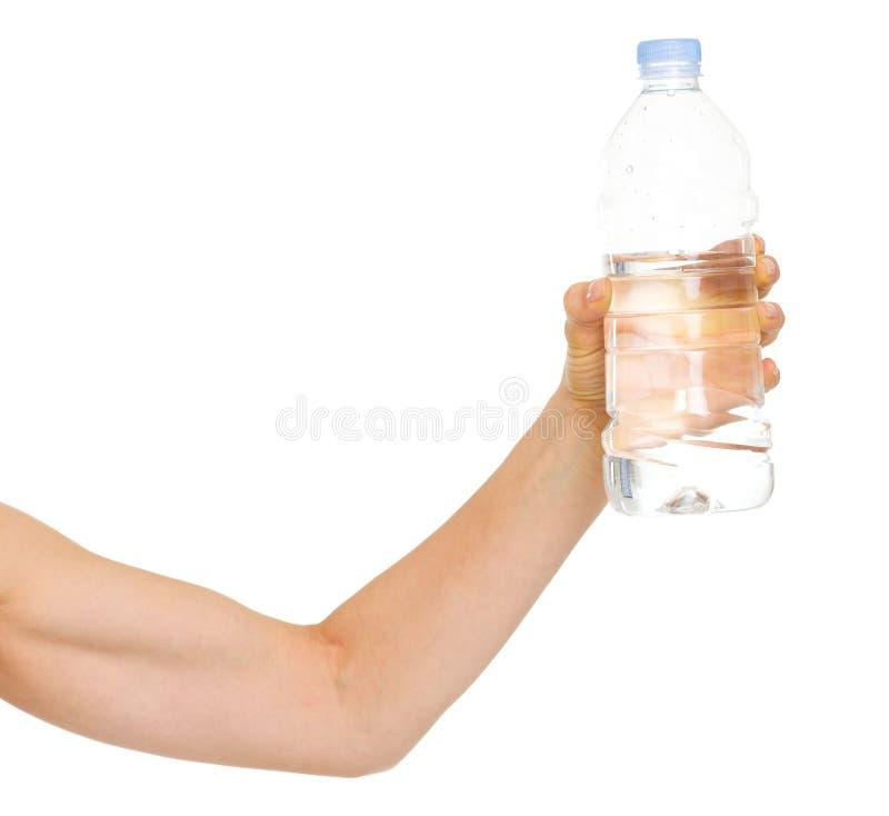 Primer en las manos femeninas con la botella de agua foto de archivo libre de regalías