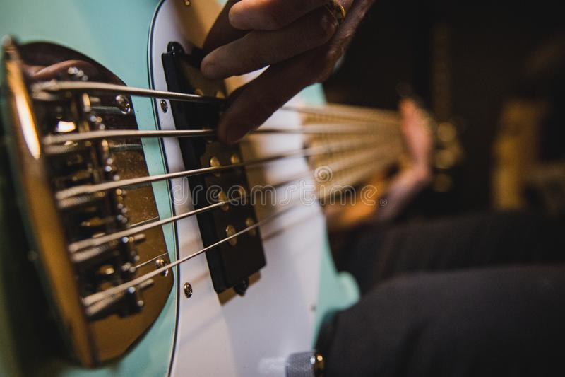 Primer en las secuencias de la guitarra baja, mientras que alguien está jugando foto de archivo
