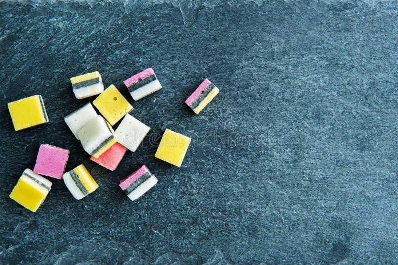 Primer en los caramelos del regaliz en el substrato de piedra fotos de archivo libres de regalías