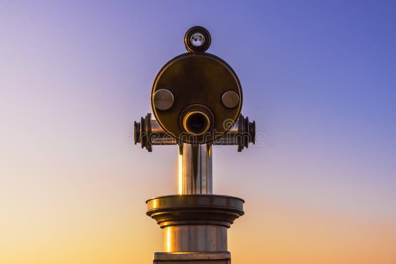 Primer en los prismáticos con un cielo hermoso de la tarde con el espacio de la copia imágenes de archivo libres de regalías