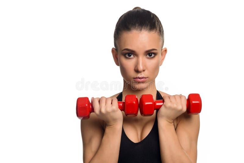 Primer en mujer con pesas de gimnasia imagen de archivo libre de regalías