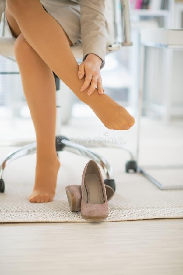 Primer en mujer de negocios con dolor del pie foto de archivo libre de regalías