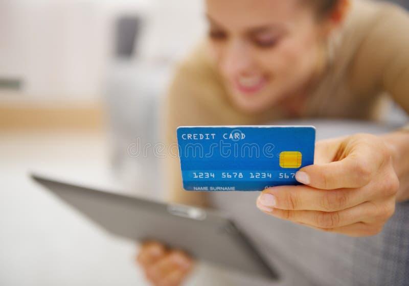 Primer en tarjeta de crédito a disposición de la mujer joven imagen de archivo
