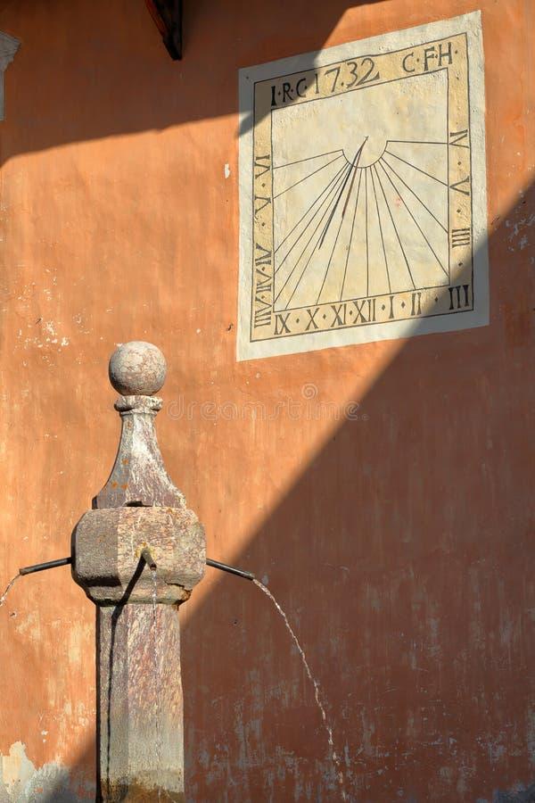 Primer en una fuente tradicional, situada en la plaza principal del pueblo de Ceillac foto de archivo