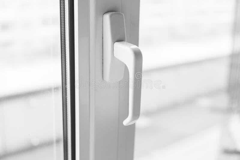 Primer en una manija blanca de la ventana del pvc imágenes de archivo libres de regalías