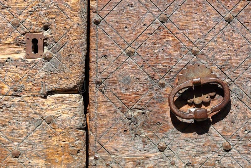 Primer en una puerta de madera tradicional en el pueblo de Veran del santo, parque natural regional de Queyras foto de archivo