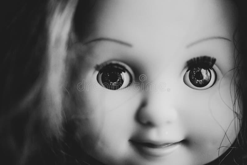 Primer espeluznante de la cara de la muñeca foto de archivo