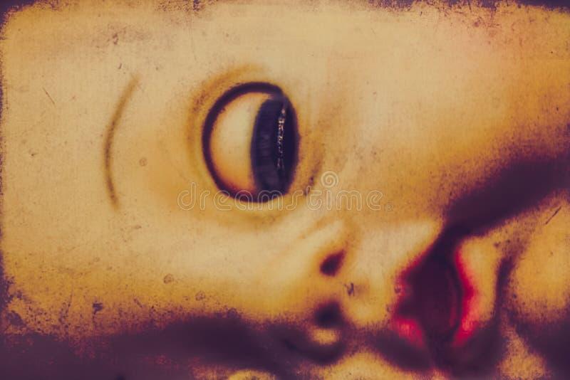 Primer espeluznante del ojo de la muñeca fotos de archivo