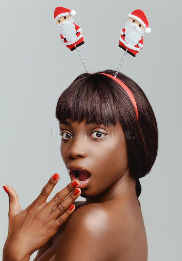 Primer feliz del retrato del modelo de la mujer negra imagenes de archivo