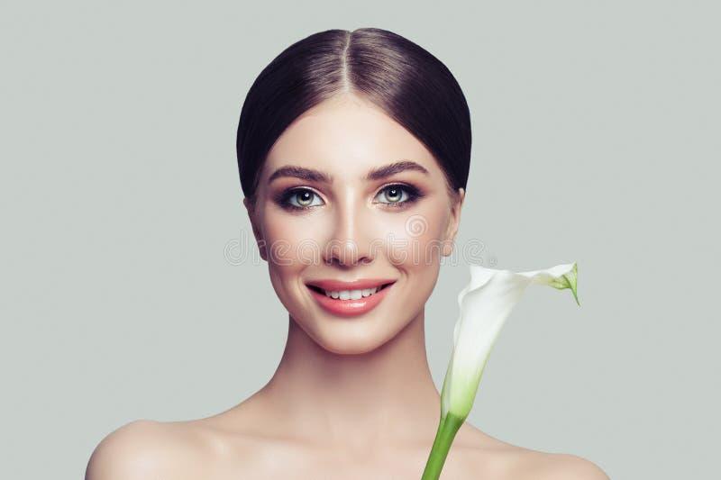 Primer femenino perfecto de la cara Mujer joven con la piel sana foto de archivo libre de regalías