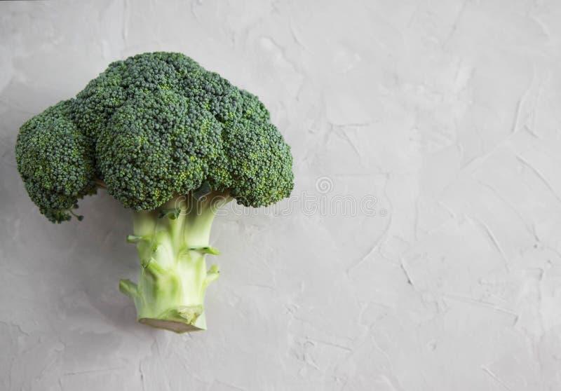 Primer fresco de la inflorescencia del bróculi en una tabla concreta Veh?culos en el vector Copie el espacio Visi?n superior imagen de archivo libre de regalías
