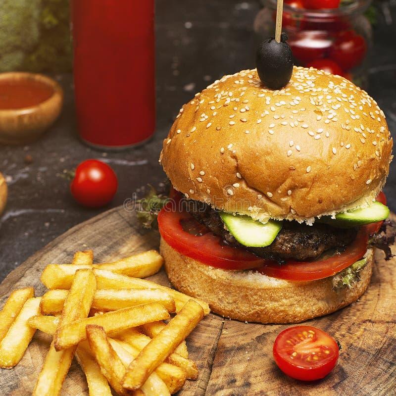 Primer hecho en casa de la hamburguesa con carne de vaca imágenes de archivo libres de regalías