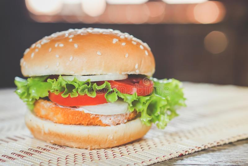 Primer hecho en casa de la hamburguesa sabrosa en la tabla de madera, alimentos de preparación rápida imagenes de archivo