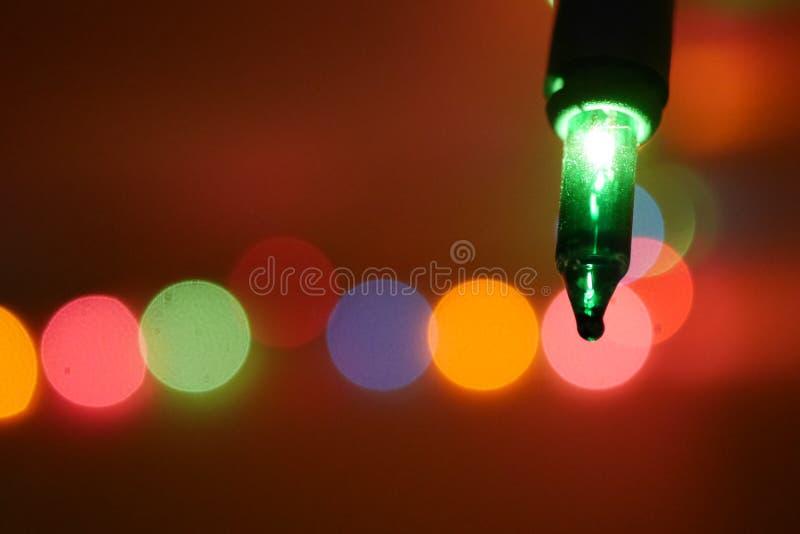 Primer hermoso de la bombilla verde del árbol de navidad fotografía de archivo libre de regalías
