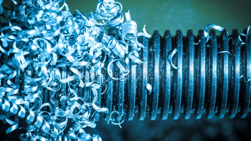 Primer hermoso del enredo de virutas del metal al trabajar a máquina fotos de archivo