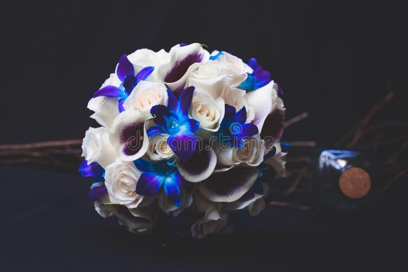 Primer hermoso tirado de un ramo azul, blanco y púrpura de la flor fotos de archivo