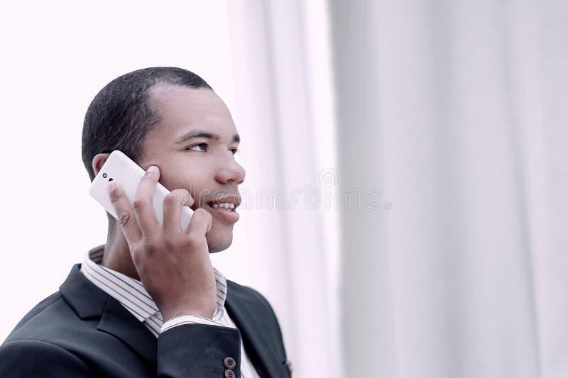 primer Hombre de negocios joven que habla en el tel?fono m?vil imágenes de archivo libres de regalías