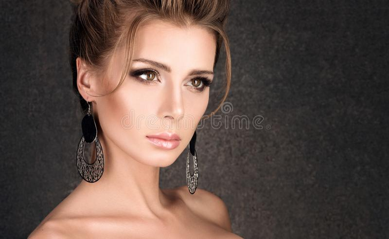Primer horizontal del retrato de la belleza Mujer joven de lujo con el peinado imagen de archivo
