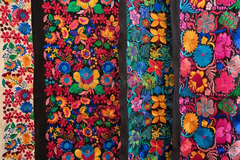 Primer indígena colorido de las materias textiles en Ecuador foto de archivo