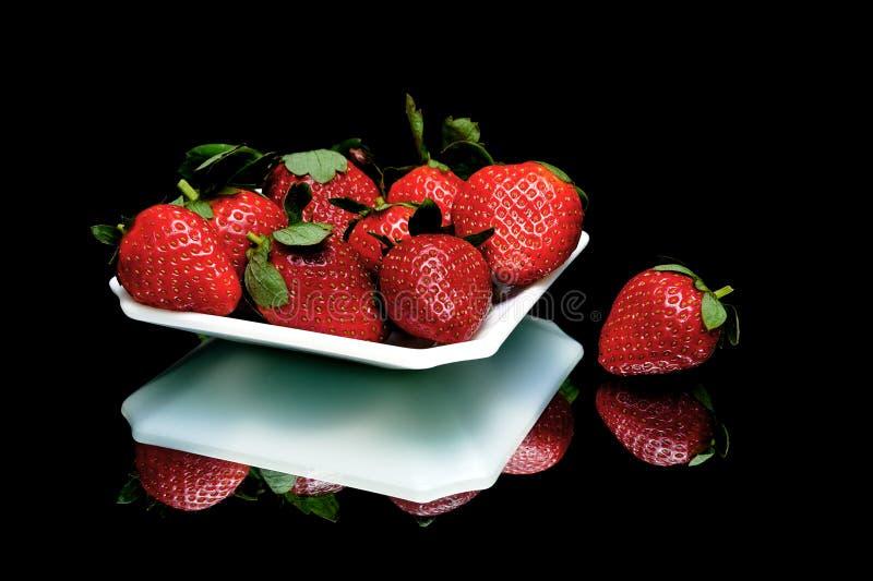 Primer jugoso maduro de las fresas en un fondo negro fotografía de archivo libre de regalías