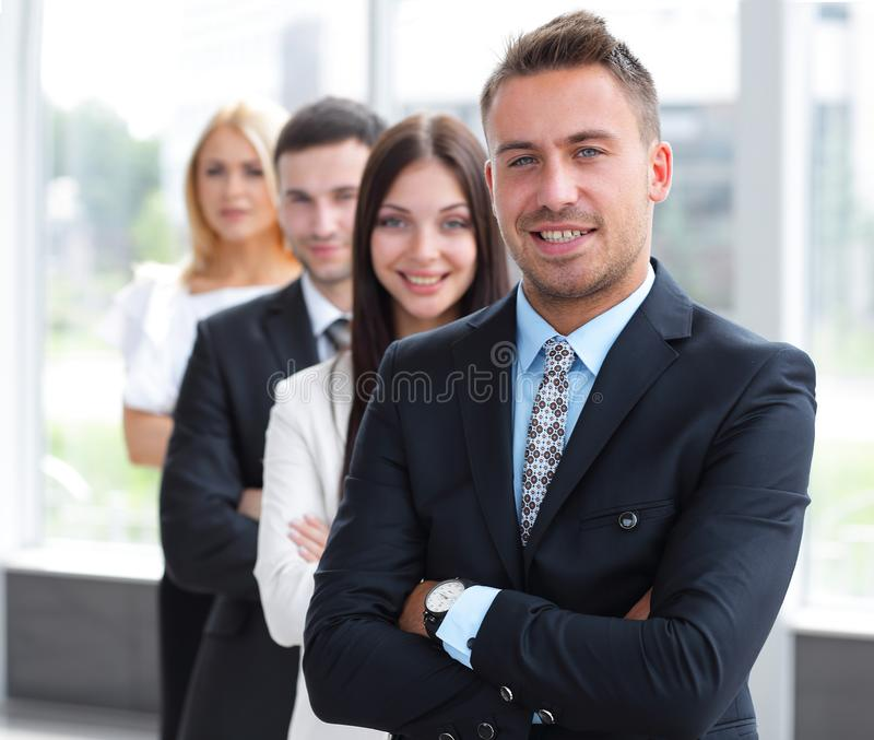 primer líder que se coloca delante del equipo del negocio imagen de archivo libre de regalías
