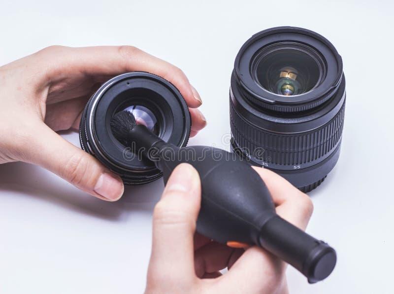 Primer la lente de la limpieza de la mano imagenes de archivo