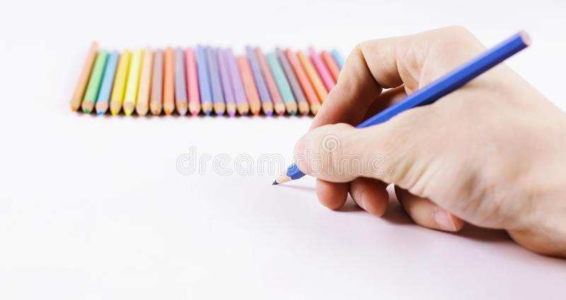 primer la mano del ` s de la mujer dibuja un corregir en una hoja blanca del pap imagenes de archivo
