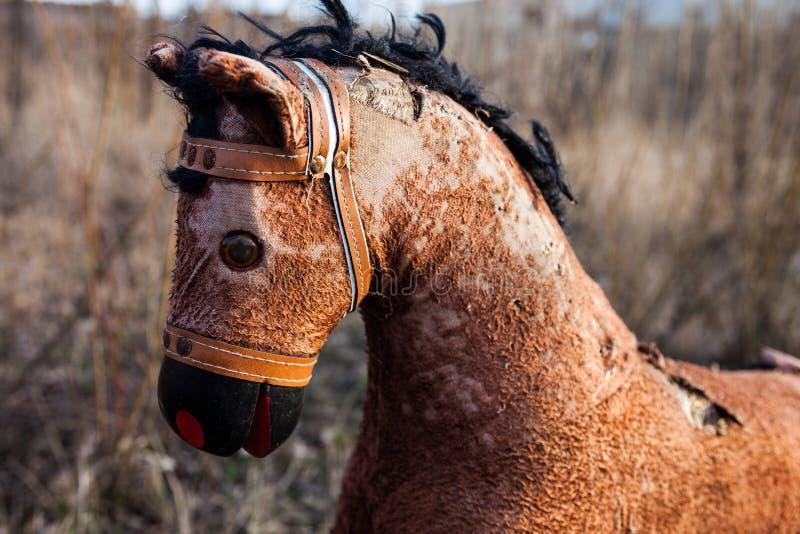 Primer lejos lanzado del caballo mecedora viejo foto de archivo