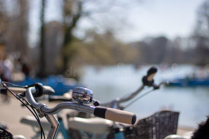 Primer - manillares de la bicicleta con la campana fotos de archivo libres de regalías