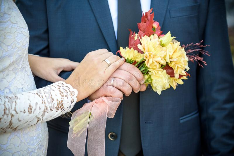 Primer Mano de la novia y del novio Manos del control de novia y del novio Foco en los anillos imagenes de archivo