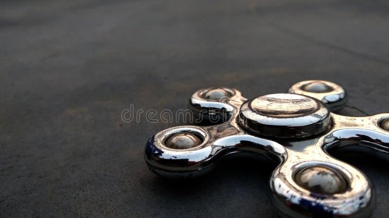 Primer metálico de la vista lateral del hilandero en el fondo del asfalto fotos de archivo libres de regalías