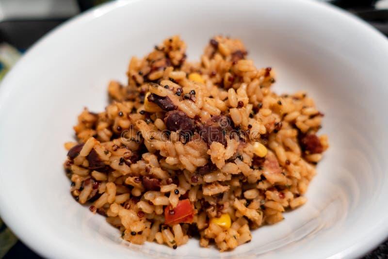 Primer mexicano del plato del arroz en un cuenco blanco fotos de archivo