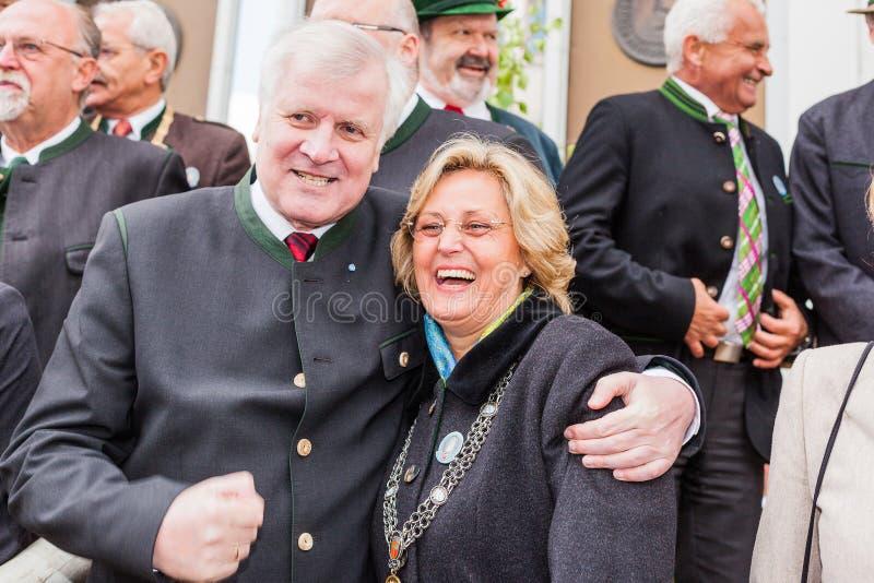 Primer ministro bávaro Horst Seehofer y alcalde Ingrid Pongratz de Miesbacher imagen de archivo libre de regalías