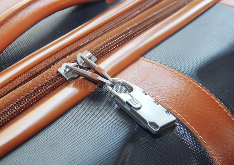 Primer moderno del candado en la maleta marrón fotos de archivo