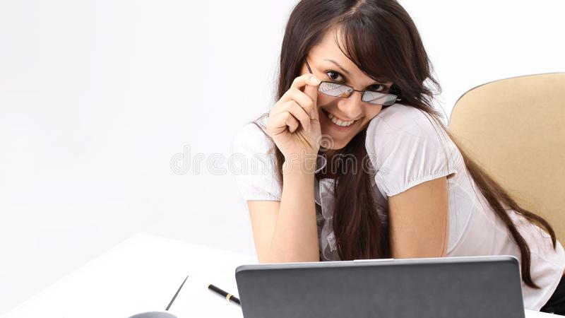 primer mujer de negocios sonriente que se sienta en un escritorio fotografía de archivo libre de regalías