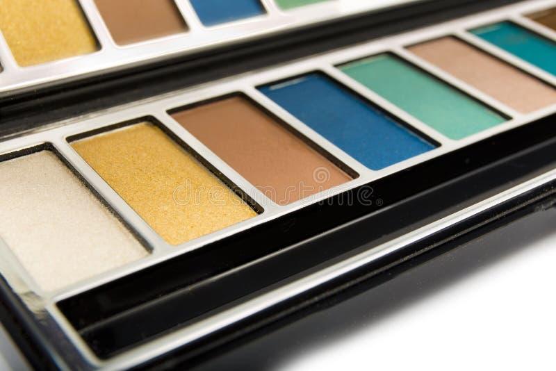 Primer multicolor de las sombras de ojos en un blanco imagen de archivo libre de regalías