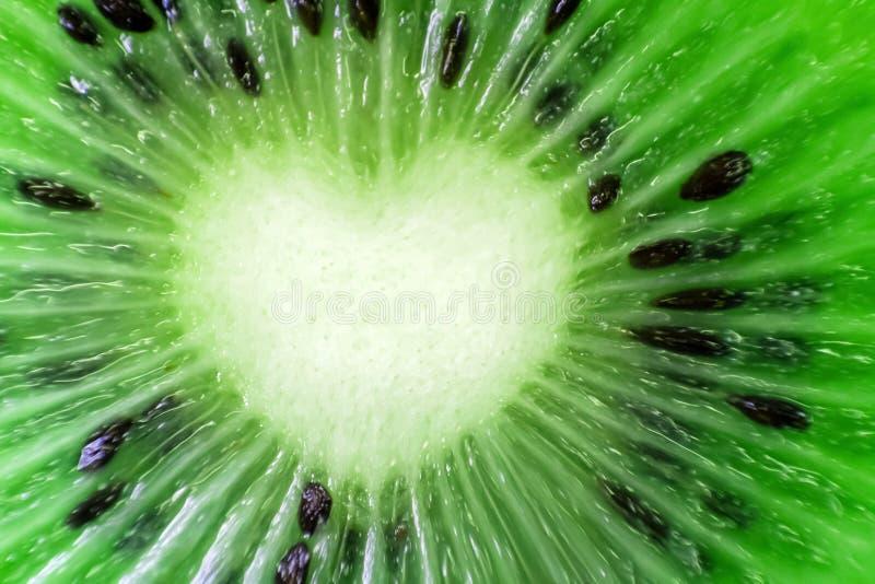 Primer natural fresco de la fruta de kiwi Dimensión de una variable del corazón Corte los pedazos o imagenes de archivo