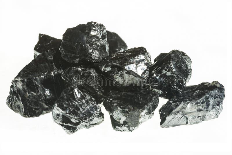 Primer negro de la mina de carbón con la profundidad del campo grande Barra del carbón de antracita aislada en el fondo blanco foto de archivo