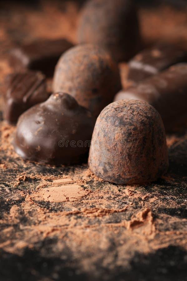 Primer oscuro clasificado de los caramelos de chocolate imagenes de archivo