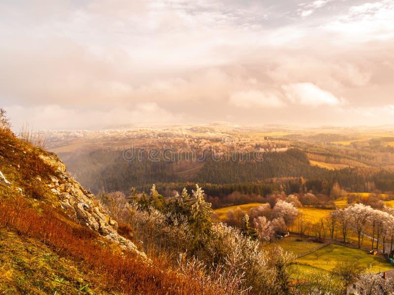 Primer paisaje de la helada del otoño con el cielo nublado dramático fotografía de archivo