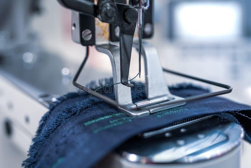Primer profesional de la m?quina de coser Industria textil moderna imágenes de archivo libres de regalías