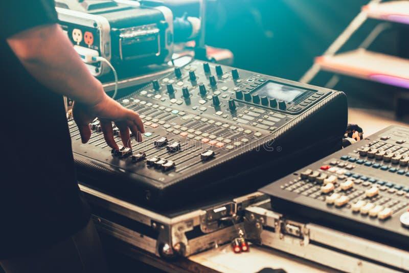 Primer profesional del mezclador de sonidos de la etapa en el ingeniero de sonido fotos de archivo libres de regalías