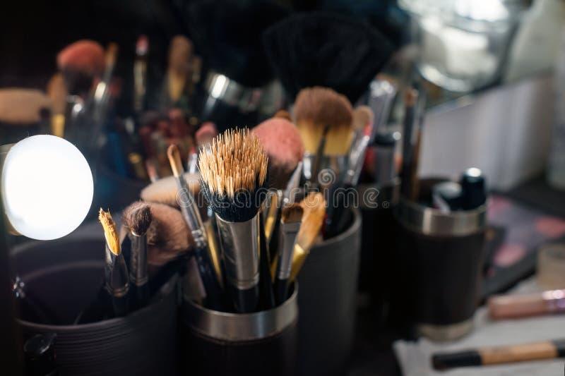 Primer profesional del sistema de cepillos del maquillaje cerca del espejo del salón foto de archivo libre de regalías