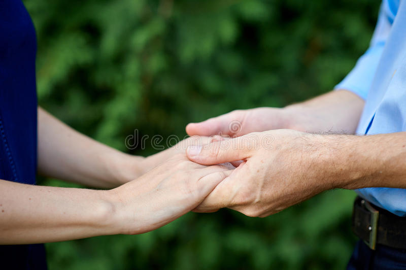 Primer que lleva a cabo a las parejas casadas manos que llevan a cabo las manos imagen de archivo libre de regalías