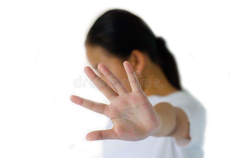 Primer retrato de, infeliz, chica joven enojada, aumentando la mano hasta diga, la ninguna derecha de la parada allí fotografía de archivo