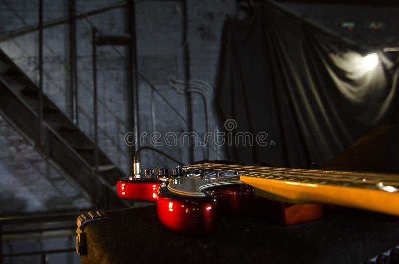 Primer rojo de la guitarra baja Instrumentos de música Macro imágenes de archivo libres de regalías