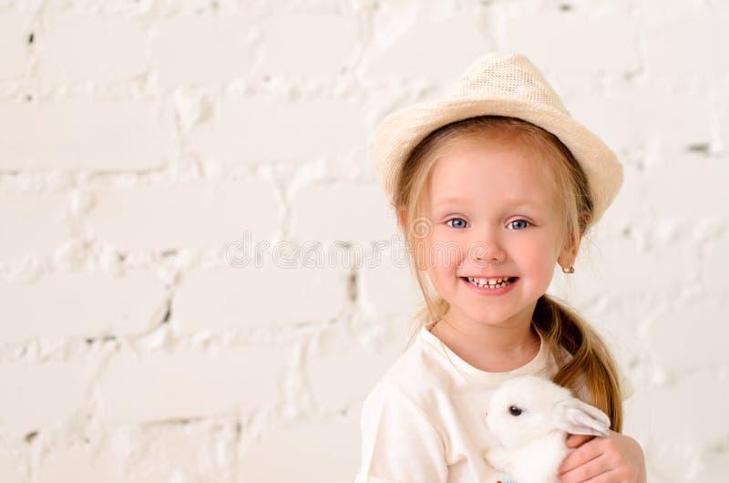 primer rubio de la muchacha con un conejo fotos de archivo libres de regalías